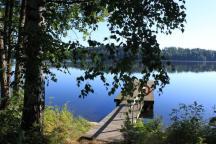 Kauniina kesäiltana saunan terassilta ja laiturilta on upeat maisemat järvelle.